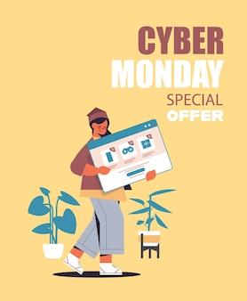 Femme tenant la fenêtre du navigateur web achats en ligne cyber lundi vente rabais de vacances e-commerce offre spéciale concept vertical