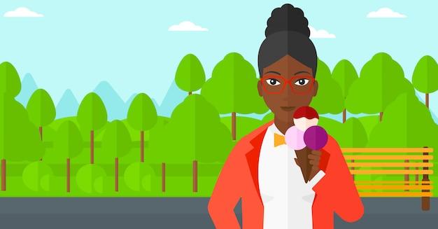 Femme tenant des glaces.