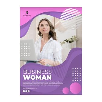 Femme tenant un modèle d'affiche pour ordinateur portable