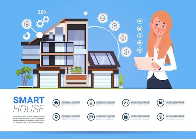 Femme tenant une tablette numérique avec le concept d'interface du système de gestion de maison intelligente