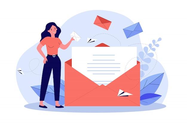 Femme, tenue, affaires, message, enveloppe