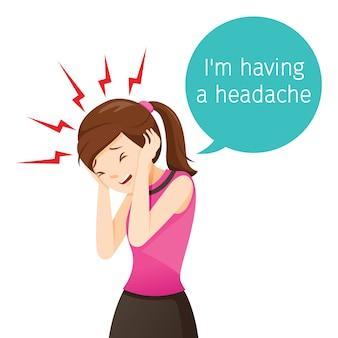 Femme de travail terrible mal de tête