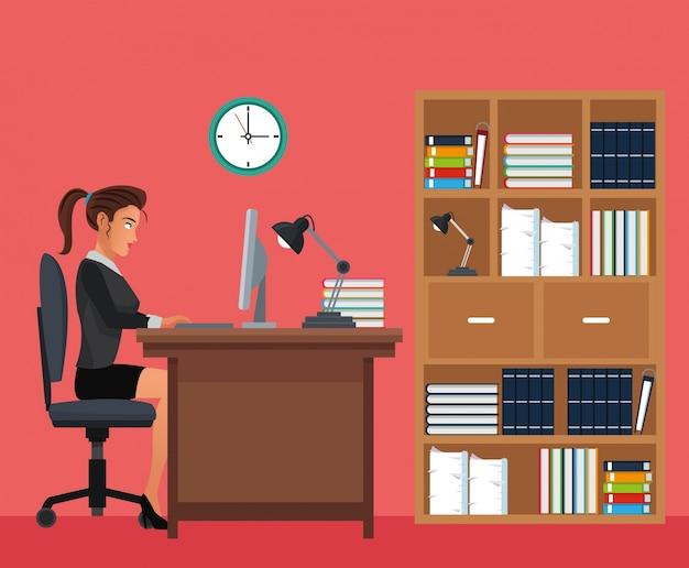 Femme travaillant bureau espace bureau étagère horloge