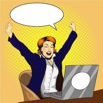 Femme travaille sur un ordinateur portable. femme d'affaires au bureau la tâche est finie
