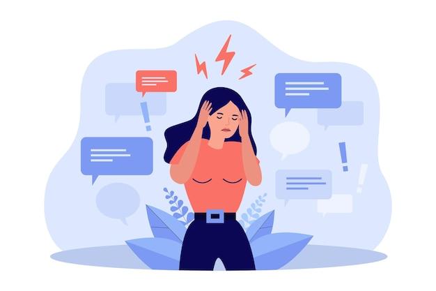 Femme triste couvrant les oreilles avec les mains pour arrêter la désinformation isolée