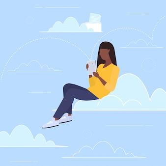 Femme, utilisation, smartphone, chat en ligne, messenger, chat mobile, app, médias sociaux, communication, concept, africaine, américain, girl, envoyer, messages, pleine longueur