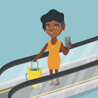 Femme, utilisation, smartphone, escalator, aéroport