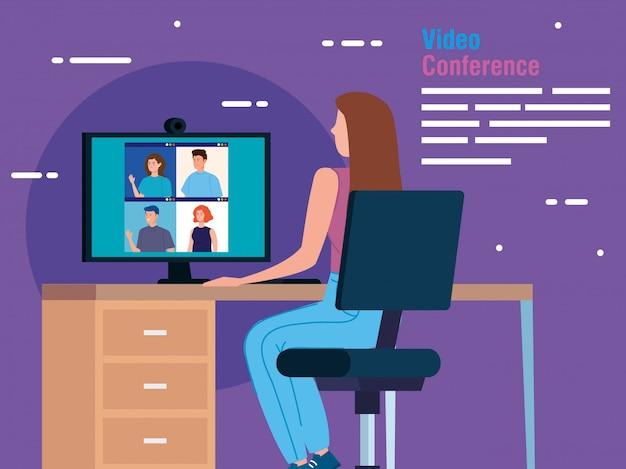 Femme en vidéoconférence depuis l'ordinateur