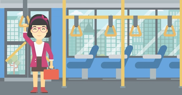 Femme voyageant en transports en commun.