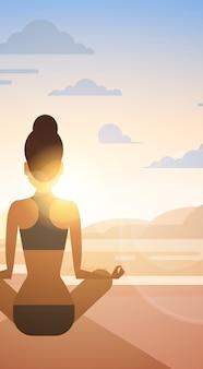 Femme, yoga, lotus, position, sport, fitness, femme, exercice, séance entraînement