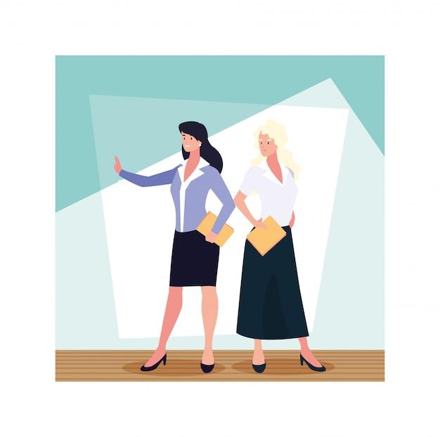 Femmes d'affaires debout dans le bureau de travail, femmes d'affaires professionnelles