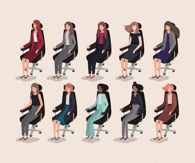 Femmes d'affaires élégants assis dans des chaises de bureau
