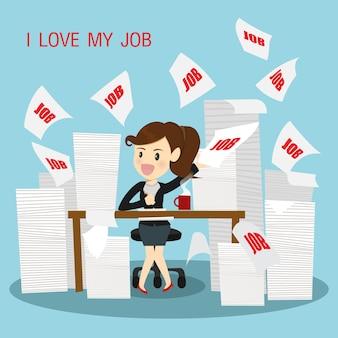 Les femmes d'affaires très heureux travaillent,