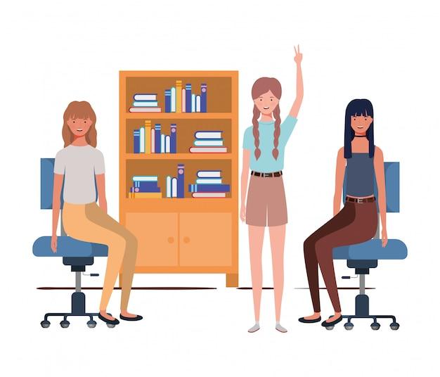 Femmes assises au bureau avec du blanc