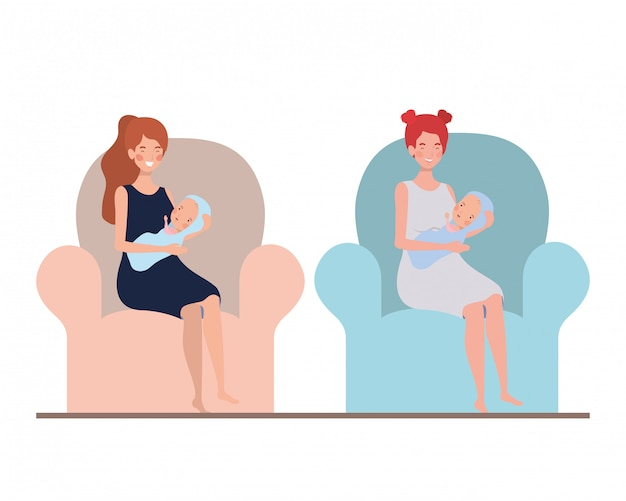 Femmes assises sur le canapé avec un nouveau-né dans ses bras