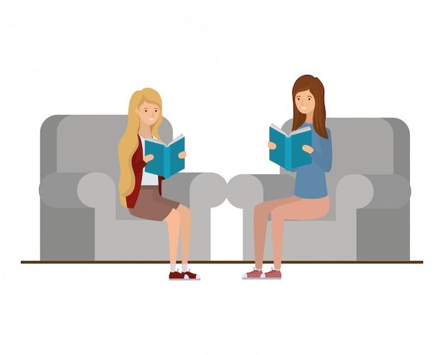 Femmes assises sur une chaise avec un livre dans les mains