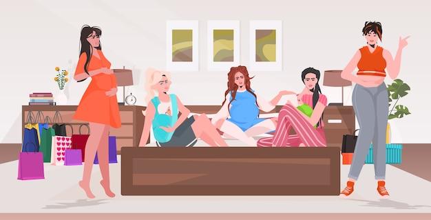 Les femmes enceintes et les mères avec enfants discutant lors de la réunion des filles passer du temps ensemble grossesse maternité concept intérieur chambre