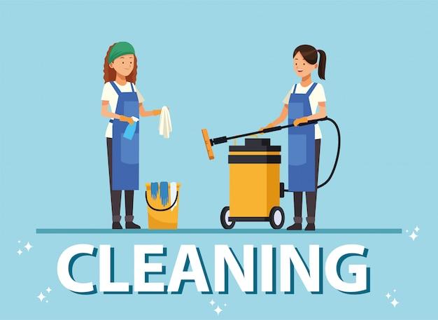 Les femmes de l'équipe de ménage avec des outils d'équipement