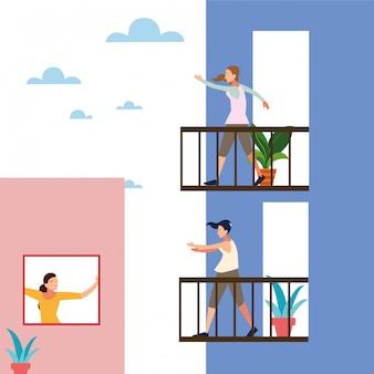 Femmes faisant des étirements et des exercices de force sur le balcon de leur maison