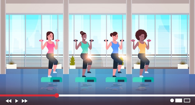 Les femmes faisant des exercices d'aérobie enregistrement vidéo en ligne pour blog mode de vie sain concept de streaming en direct mix filles de course faisant de remise en forme moderne gymnase intérieur horizontal pleine longueur
