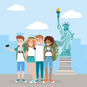 Femmes et hommes avec smartphone dans la statue de la liberté