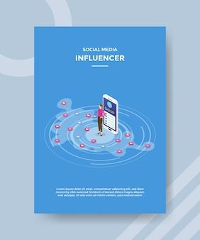 Les femmes influentes des médias sociaux debout devant smartphone
