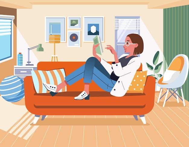 Femmes lisant un livre en position couchée sur un canapé dans le salon à la maison avec illustration plat intérieur minimaliste moderne.