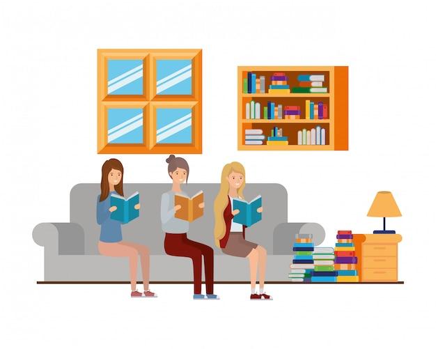 Femmes avec livre dans les mains dans le salon