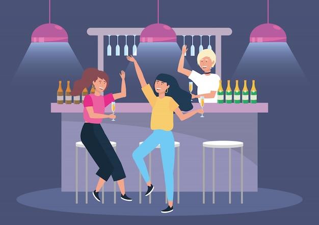 Femmes mignonnes dans l'événement avec des bouteilles de champagne