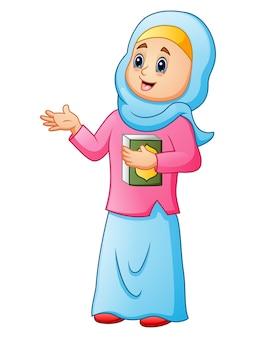 Femmes musulmanes portant un voile bleu avec tenant coran présentant