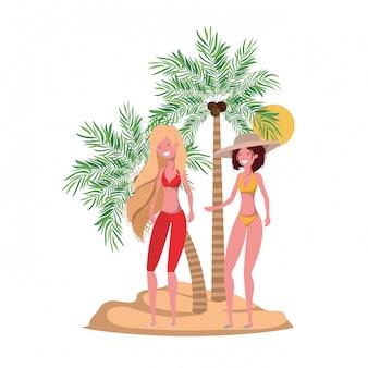 Femmes sur la plage avec maillot de bain et palmiers