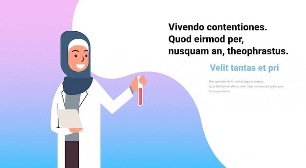 Femmes scientifiques arabes tenant bannière de tube à essai