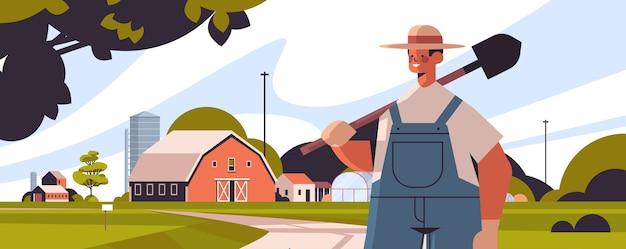 Fermier mâle en uniforme tenant pelle eco agriculture agriculture concept rural terres agricoles campagne paysage portrait horizontal illustration vectorielle