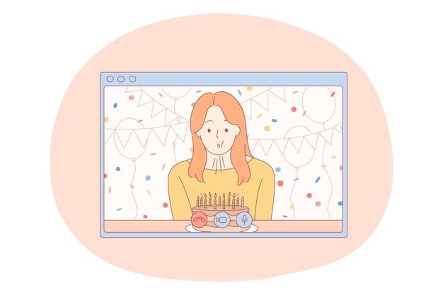 Fête d'anniversaire, félicitation en ligne, concept de gâteau aux bougies. jeune femme heureuse soufflant des bougies