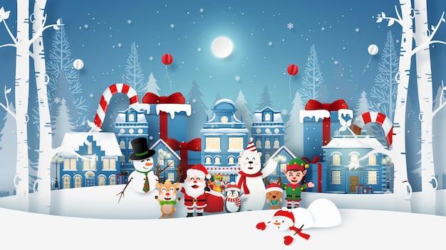 Fête de noël avec le père noël et un personnage mignon dans la ville de neige