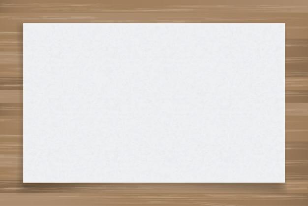 Feuille de papier blanc sur bois