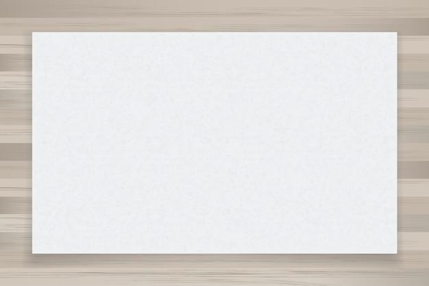 Feuille de papier blanc sur bois.
