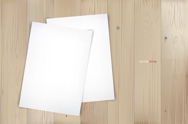 Feuille de papier blanc sur fond de texture bois