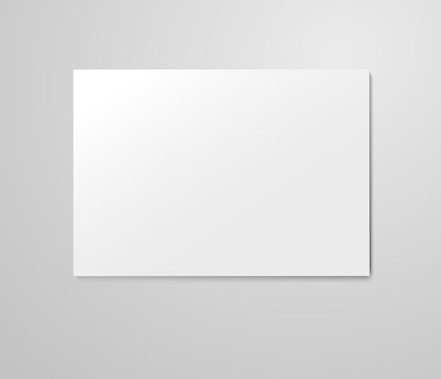 Feuille de papier vierge réaliste sur fond gris clair.