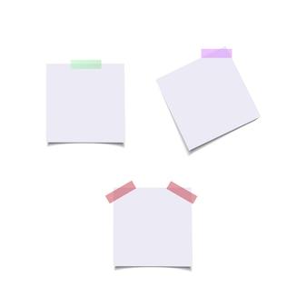 Feuilles de papier avec des autocollants de couleur.