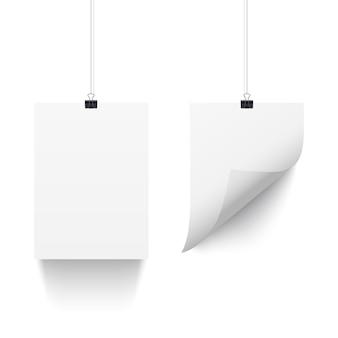Feuilles de papier blanc accroché sur des trombones isolés