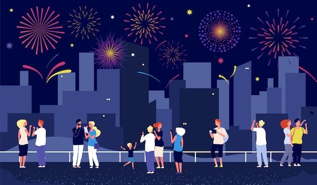 Feux d'artifice de la ville. les gens célèbrent dans la rue et regardent les feux d'artifice. heureux vecteur hommes femmes enfant, spectacle pyrotechnique de nuit au centre-ville