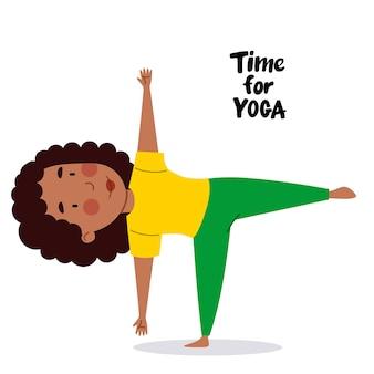 Une fille afro-américaine se tient sur une jambe l'enfant est engagé dans une journée de yoga sportive