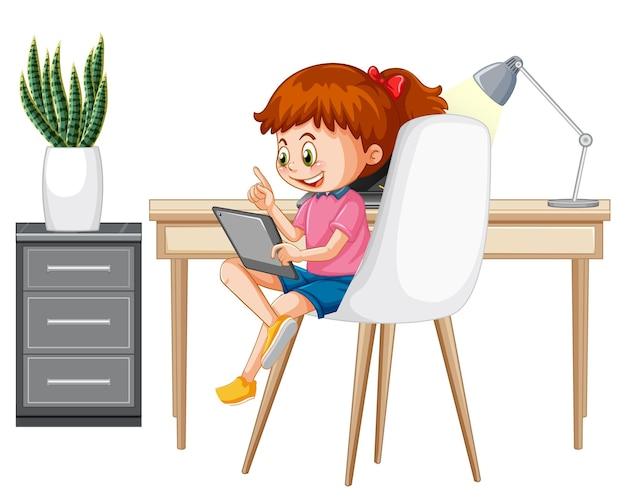 Fille apprenant de la maison sur un appareil électronique