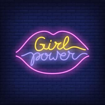 Fille au néon de puissance dans le logo de contour des lèvres. signe au néon, publicité lumineuse de nuit