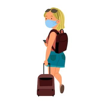 Une fille blonde avec une valise dans un masque vue de l'arrière