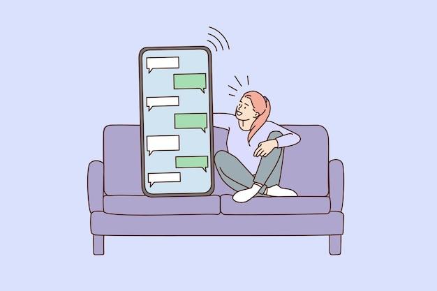 Fille sur canapé texte en ligne sur smartphone