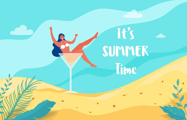 Fille chaude dans un verre à cocktail, partons en vacances d'été.