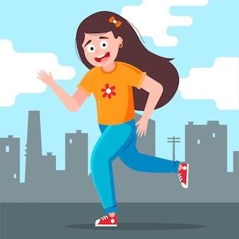 Une fille court joyeusement dans la ville