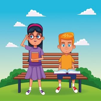 Fille de dessin animé debout et garçon heureux avec des livres assis sur un banc